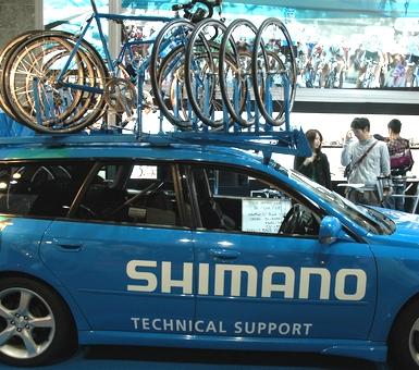 自転車の 自転車レース 事故 車 : 大きな自転車大会でこの様な車 ...